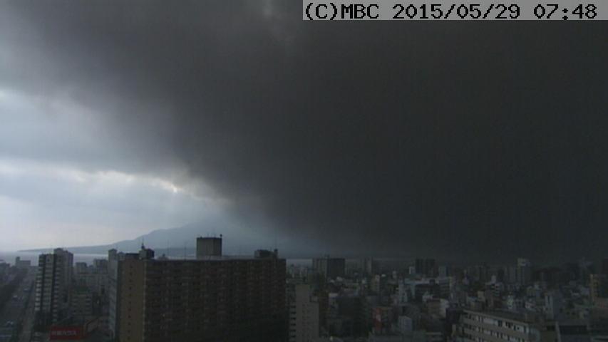ニュースを見ていたらこんな映像が流れて出社する気力が根こそぎ持って行かれた。辛い。(※言うまでもありませんが、桜島の火山灰です……) http://t.co/jnuUkXxpCF http://t.co/xKJGtqUik3