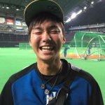 「カメラ近っ!!!!」 練習を終えたばかりの日本ハム•石川亮(いしかわ りょう)捕手。 まだ19歳ですがF投手陣をグイグイ引っ張る元気印! 全国の皆さんへ渾身のハニカミでした!#すぽると http://t.co/bCZNyOgIHw