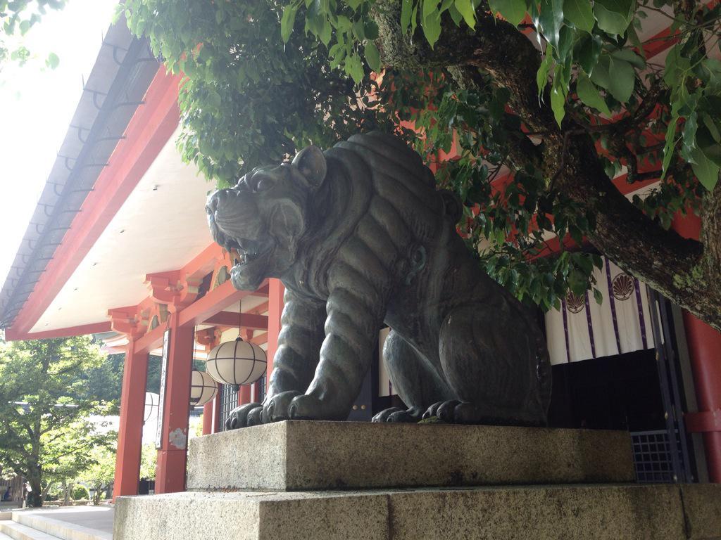この山には狛犬の代わりに阿吽の虎がいた。珍しい。 http://t.co/obLmKzDBKy