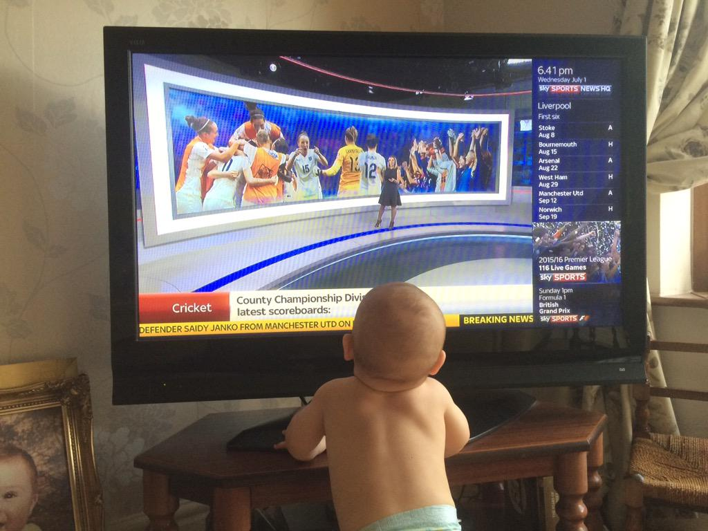 So sweet!!! @SkySportsNewsHQ RT @MegsHarris7 someone was pleased to see you & his mummy @CaseyStoney #Lionesses http://t.co/9EgLiOFPhE