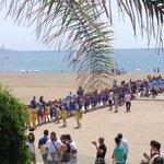 Los tres fichajes se dirigen hacia la playa rodeados de niños para cerrar la presentación junto al mar. #VamosMálaga http://t.co/1lHemqXI1H