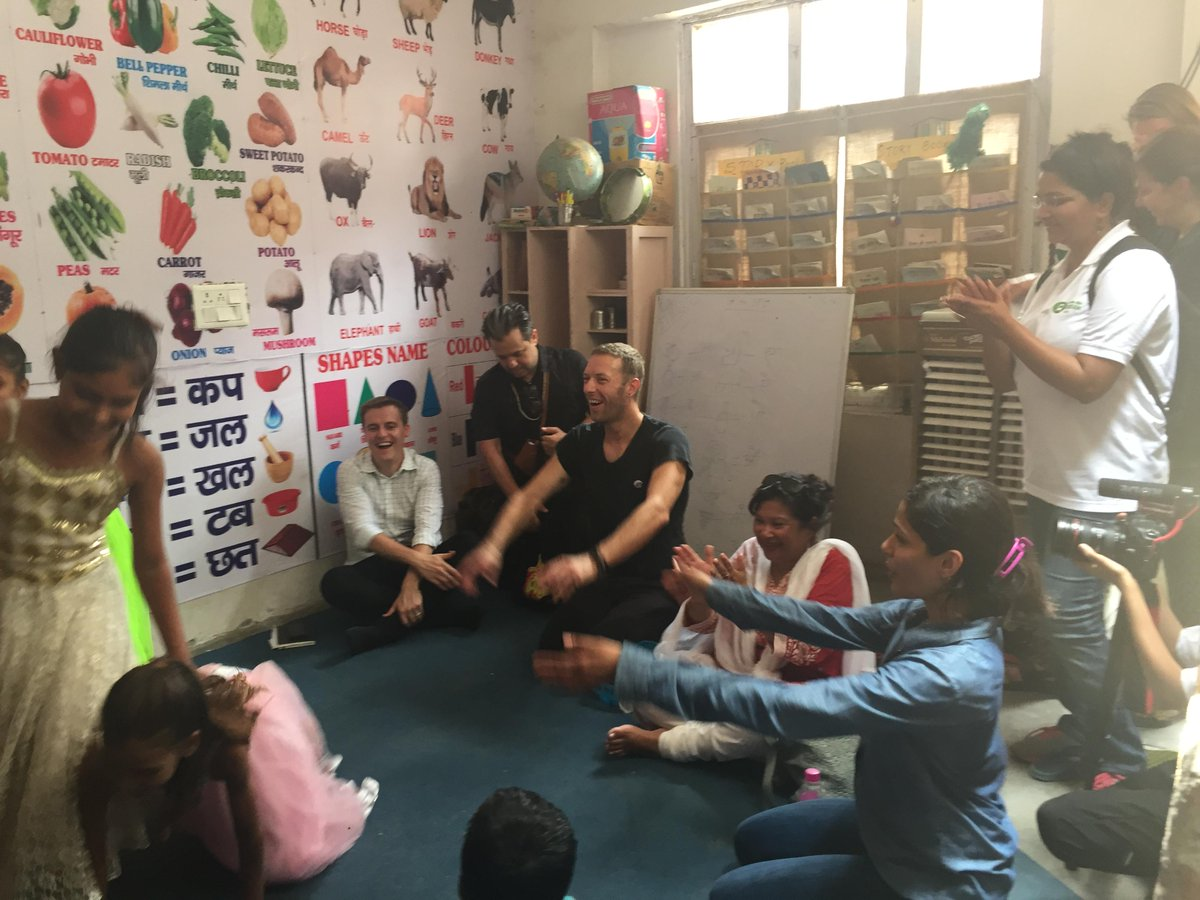 #ChrisMartin & #FreidaPinto live from an #OxfamIndia project singing & dancing with children! http://t.co/BhKH6JTmo3 http://t.co/kWi6zYJlHz
