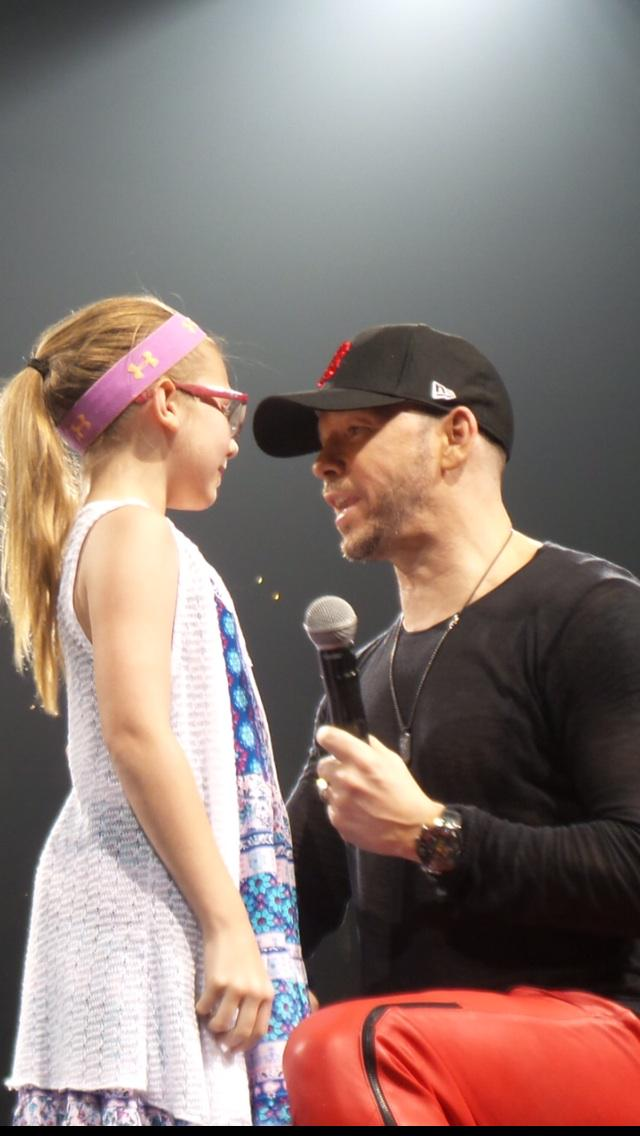 Does anyone know who's little girl was Donnie's Boston cover girl on the 24. I have pics for her http://t.co/L5eBymOJ1o