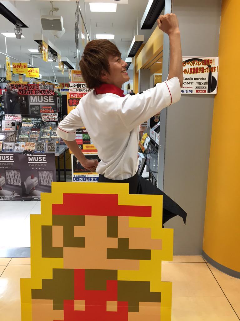 本日、店頭にてイベントを行ってくれた小林豊さん、そしてお集まりいただいたたくさんのお客様ありがとうございました!とてもいいイベントでしたねー!神戸からのあべの、お疲れ様でした!!イケメンすぎてドキドキでした♡写真はマリオと!おちゃめ! http://t.co/0zpLKbuZWR