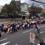 Imágenes de la Nunciatura Apostólica en Quito. Decenas de personas han llegado al lugar. Fotos: @edducordova. http://t.co/t3qsPEcixs