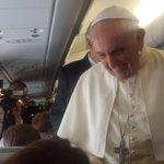 Acaba de aterrizar en Quito el vuelo papal tras 11 horas de viaje desde Roma. Vealo por teleamazonas. http://t.co/4TMglKqyJo