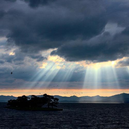 梅雨の宍道湖夕景。雲の切れ間から注ぐ光。 #sunset (宍道湖夕日スポット) http://t.co/edd43Prk3H http://t.co/uIMgITvCnT