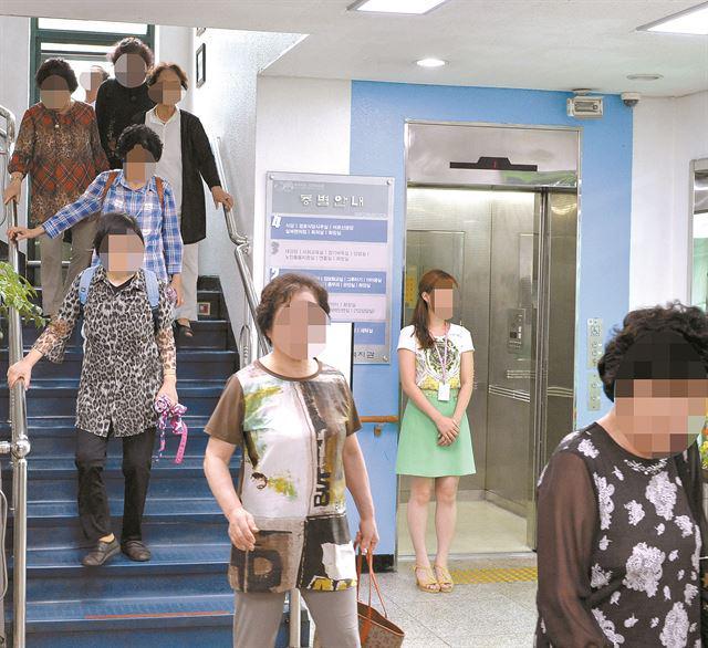 어르신보다 총리님 우선? 구로노인종합복지관 방문한 황교안 국무총리가 이용해야 한다며 엘리베이터 사용을 제한하자 노인들이 계단으로 이동하고 있다 - 이른바 '일인지하 만인지상'의 오만함인가 http://t.co/cS1c5cfTqc