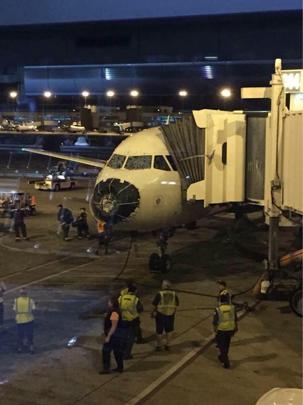 Así quedó un A320 de Delta que volaba entre BOS y SLC tras encontrarse con una tormenta de granizo. http://t.co/ebaBAgVDHB