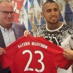 Arturo #Vidal ya es del #BayernMunich: Firmó contrato y posó con la camiseta. http://t.co/ts2iV0y8fd http://t.co/BenykUvWn5