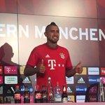 Siga el primer día de Vidal en el Bayern: El chileno posa con su nueva camiseta http://t.co/80aGOPZoO5 http://t.co/J5jrQMhuUk