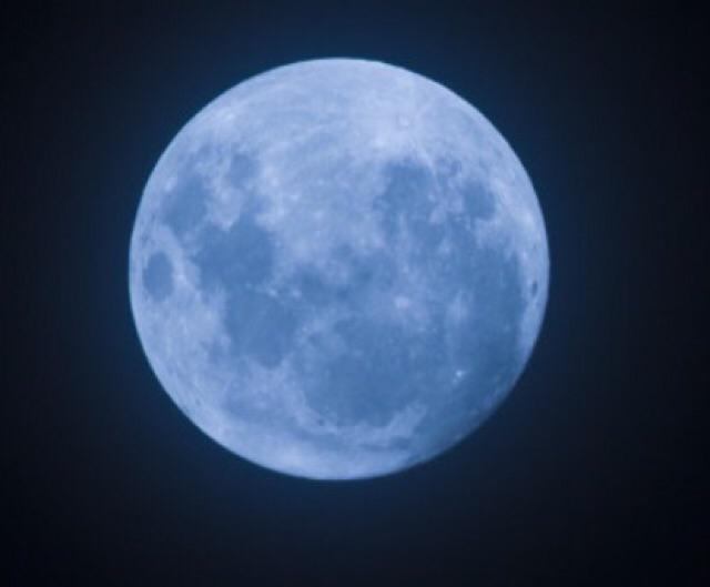 今夜は、数年に一度の「ブルームーン」。午後7時43分頃に、最も丸い満月が見られるそうですよ。 http://t.co/MeMFO0fu5j