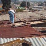 Esto entre la 24 y 25 avenida en la zona 3 de #Xela, remolino derribo también una valla publicitaria. http://t.co/hspTMHXqZo
