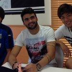 今日は2部練なので寮で昼ご飯です。  中野(22歳)と健勇(22歳)に挟まれてるのはブラジルから来た新加入選手マイア(22歳)です。  寮でご飯食べるブラジル人見たのジュニーニョ以来だな。  とりあえずマイアこっち向いてー(笑) http://t.co/npuY5DGAyR