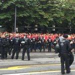 Fanlager stehen sich am Stadion gegenüber, bisher alles friedlich #amateurderby http://t.co/ZwGaz4kTNs