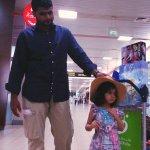 """الطفلة #زينب_لباد قبيل مغادرتها #عمان في طريق عودتها مع ذويها إلى #السعودية بعد تماثلها للشفاء من """"الرصاصة الطائشة"""". http://t.co/MmzHTGpHgJ"""
