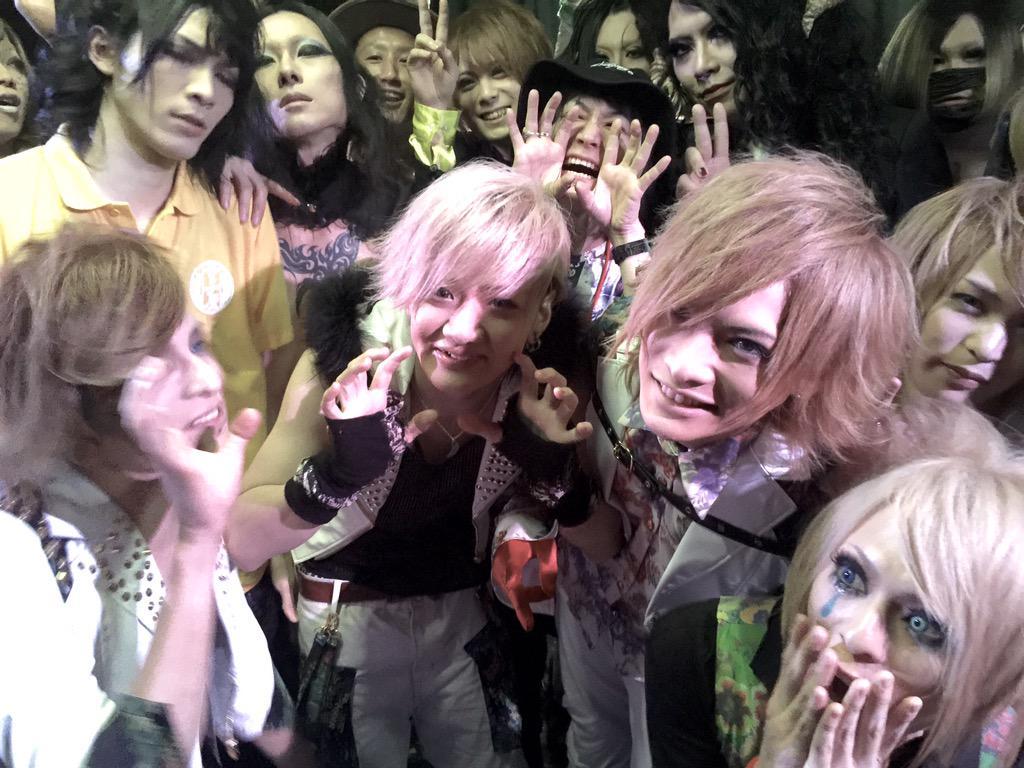 その後、ネストにえんそくを応援しに集まるバンドマン。 ベトベン、あるるかん、しゃんてぃー、だいぶ、でざーと、くらうど、乙女国家、りふりっち などなど。 進藤くんを中心に客席をぐるぐる回るバンドマン達。 まじカオス!渋谷が大変! http://t.co/yeLTaPLdvM