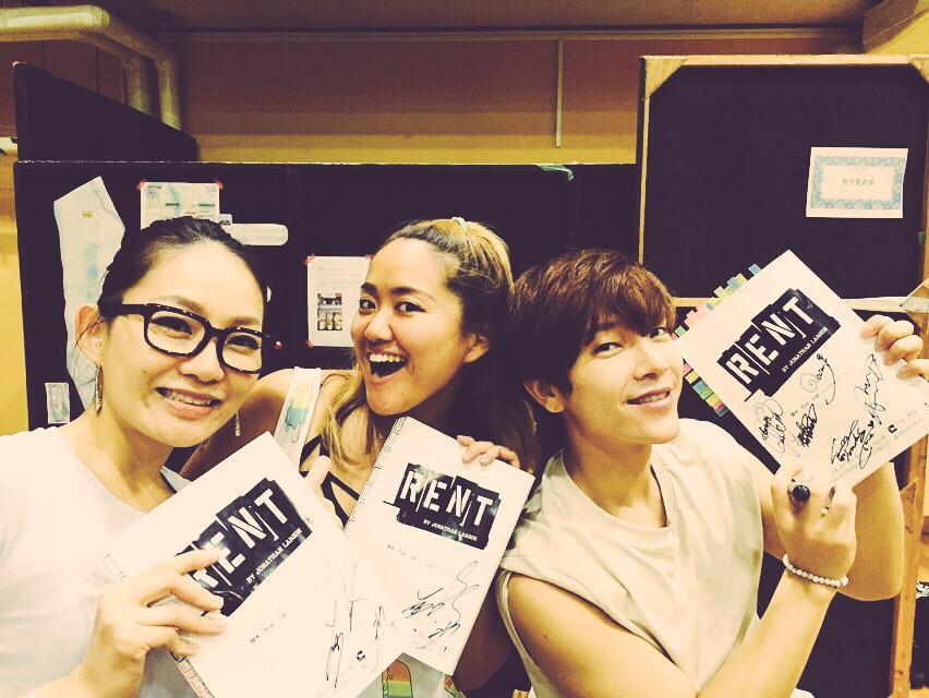 レントキャストの宮本美希とユナク氏。台本にサインもらいました❤︎  今日の稽古は本当にハードだったぁ。ぷはぁ。  明日もだぞ!頑張る!  #rent #musical http://t.co/Lplxk9eEAT