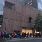 Lange rij schuift alweer aan aan DVZ #vluchtelingen #deochtend http://t.co/sSHcVl4930