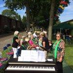 Koekeloeren bij het feestje van de Bomenbuurt in Middelburg: https://t.co/ZzvYdk3zO1 http://t.co/CwYDA21tci