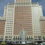 """Pulso del dueño del Edificio España a Carmena: """"Mantener la fachada es un riesgo intolerable"""" http://t.co/fXGz4rexXL http://t.co/lEnpp4c3Wn"""