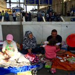 Miles de refugiados se unen a la #MigrantMarch hacia Austria; otros siguen en Budapest. Foto de olgarodriguezfr http://t.co/gJ50ls7v0O el…