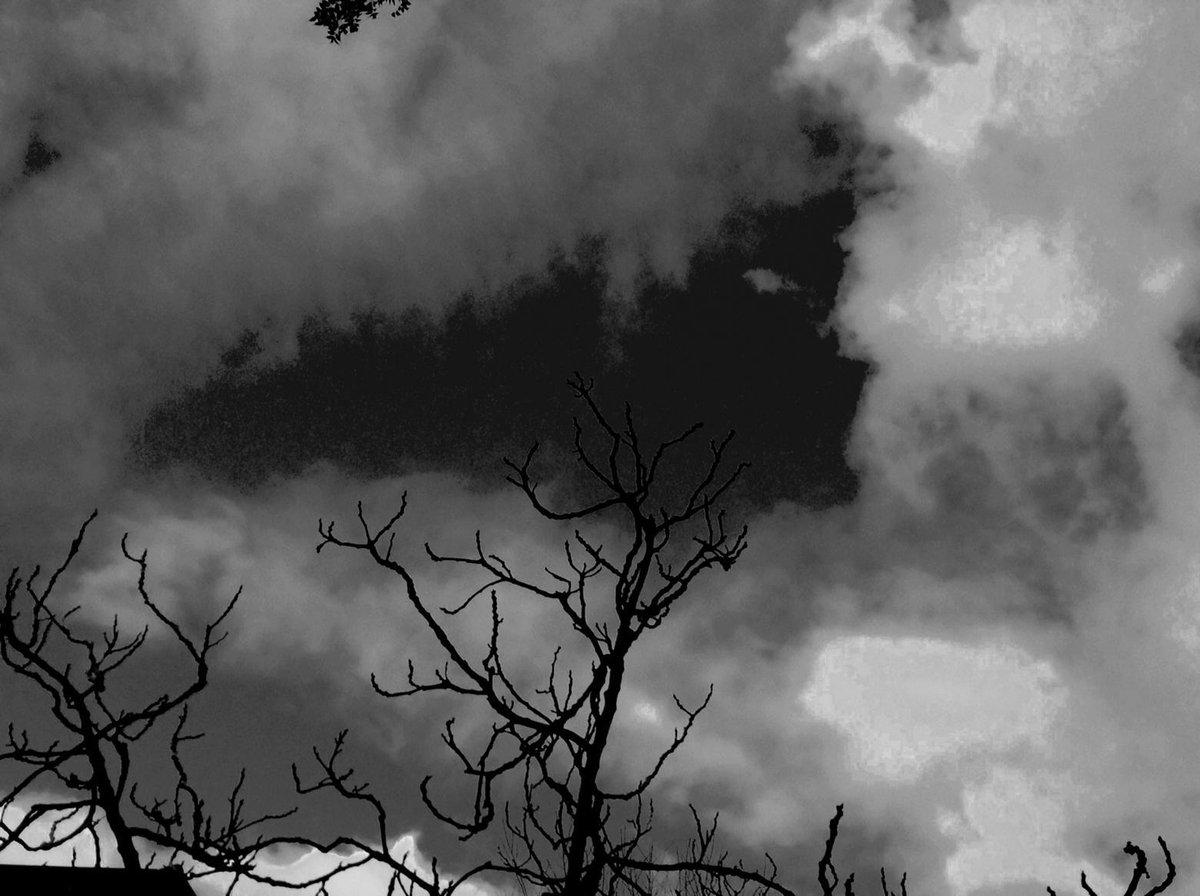 eye dilates dark matters hang up on the sky line  #haiku  #weatherchange http://t.co/oNIGqVuhaf