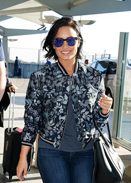We cannot get enough of @ddlovato and her smile today! #DemiLovato was killing it while leaving London today. http://t.co/PpnjPe4igc