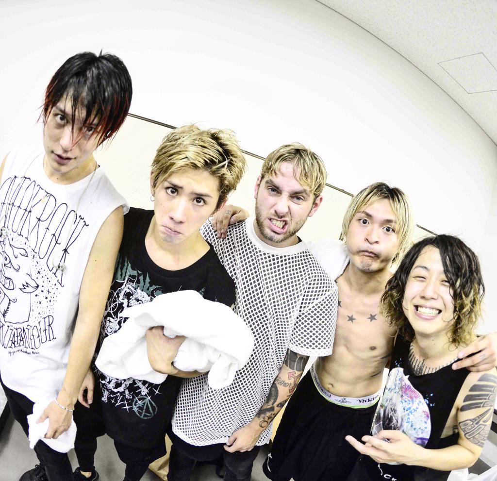 """幕張メッセで行われたONE OK ROCK2015""""35xxxv""""JAPAN TOUR追加公演ライブ撮影終了!今日も今日とて凄い最高なライブでした!写真はライブ直後のワンオクとタイラー! #ONEOKROCK #OOR #幕張 http://t.co/gfD4L26ZAZ"""