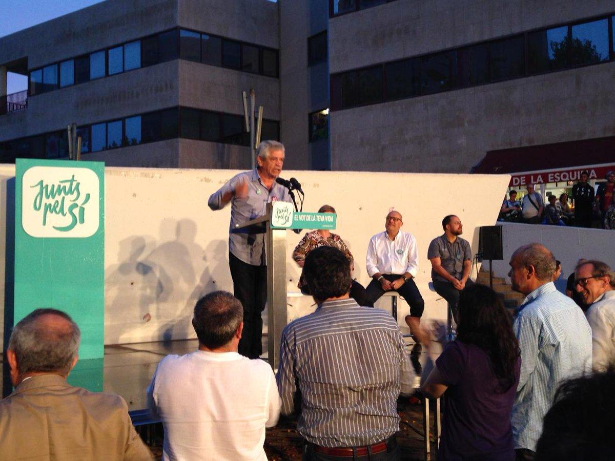 Eduardo Reyes (@eduardorepi) ho peta a #Martorell, fent alçar l'auditori en acabar l'speech. #27sND http://t.co/dE4ZbC6JsY