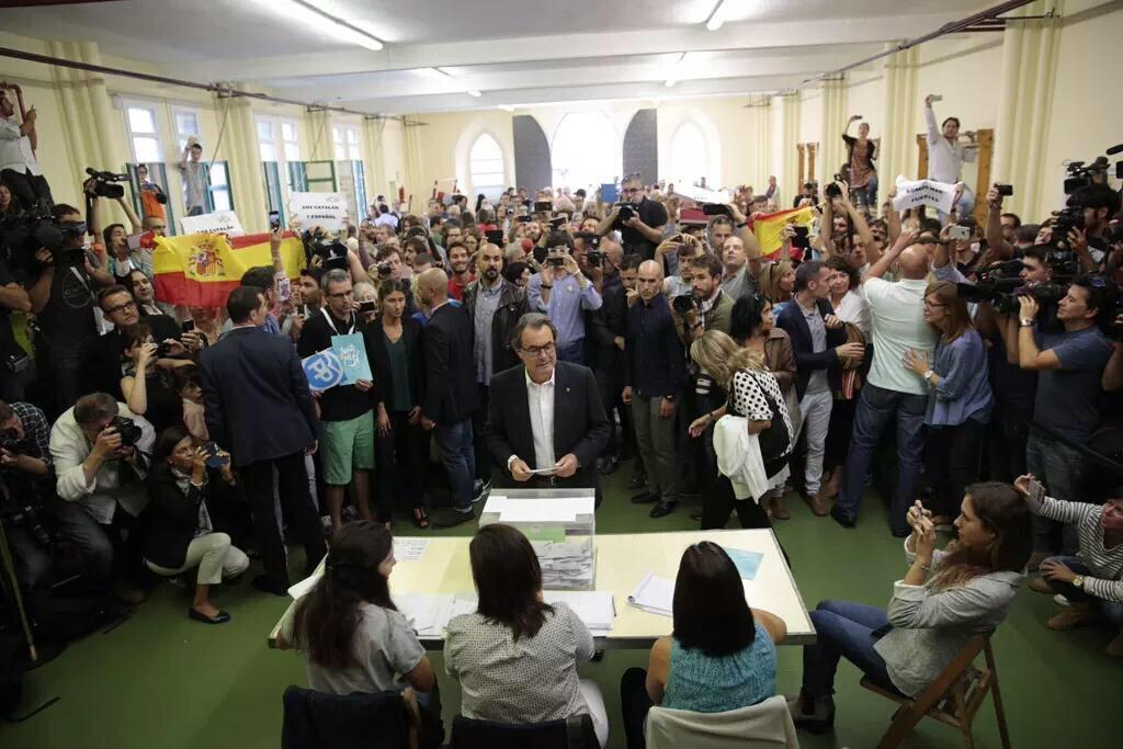 Artur Más vota rodeado de banderas españolas. Creo que es la imagen que más quería evitar. http://t.co/k4mhkYfuD1
