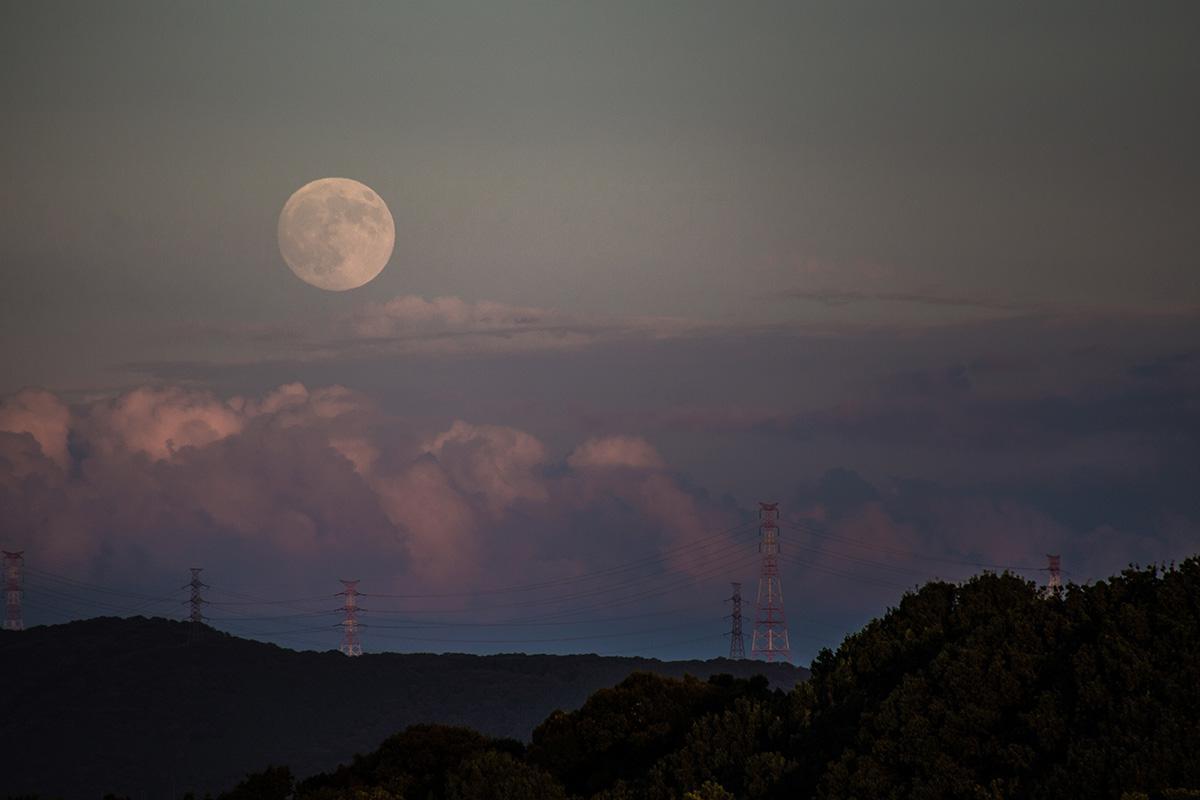 中秋の名月 こんな感じで昇ってきました。今日は曇ってる場所が多いから残念だけど、写真だけでもどうぞ〜 byムーンハンター http://t.co/DJzFlRuudX