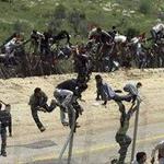 الصورة الاولية لشبان غزة يتخطون السياج الفاصل http://t.co/1dw6naTNor