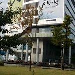 성남시민들의 발길이 끊이지 않는 #성남시 청 너른못 광장 야외결혼식 준비가 한창입니다. http://t.co/vaSJRWIO9l