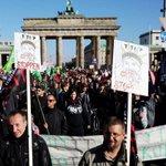 Milhares vão às ruas de Berlim protestar contra acordo EUA-Europa. http://t.co/zzyUalhoY2 http://t.co/3bp41w8rZg