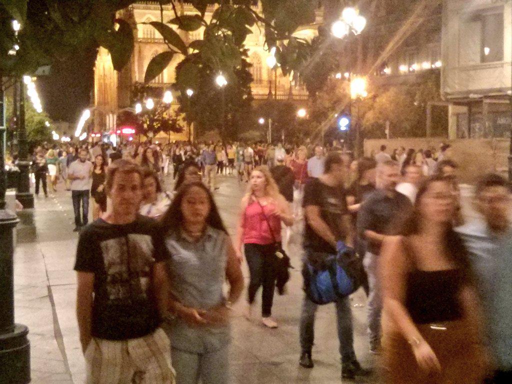 Gustazo ver tanta gente buscando cultura. Espero que España vea que esto #TambiénesSevilla #nocheenblancoSEV http://t.co/PA4Nj7eJUZ