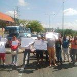 via @YorviGarciaRL: Habitantes de Sto. Domingo trancan la Av. Ribereña por falta de agua! @_tonyRey http://t.co/6hTpqGs4dn #Lara