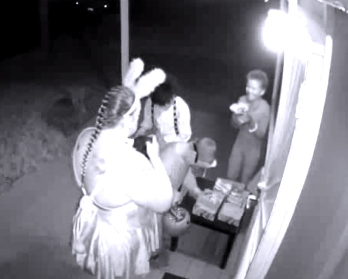 A Halloween boo: A woman in rabbit ears takes all the candy at a San Diego house https://t.co/noejVeTtG3 https://t.co/yGRDrpFHm8