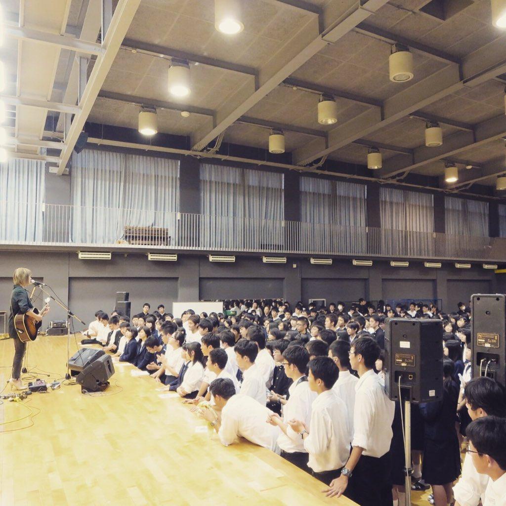母校の岐阜高校にてミニライブさせて頂きました! 自由参加だった中、本当にたくさんの生徒さんが来てくれて嬉しかったよー そして大盛り上がりでめっちゃあったかかったです。ありがとう。また会おうね! https://t.co/GXf1bFglCN