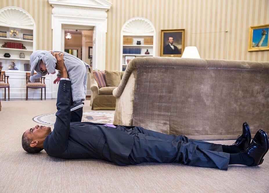 """昨天下午我们走进白宫时候,看到很多穿万圣节服装的小孩子进入白宫""""捣蛋"""". 总统安全队伍面临那么多鬼与怪物好像有点紧张。总统亲人欢迎穿大象服装的小孩! https://t.co/qkdIighwVP"""