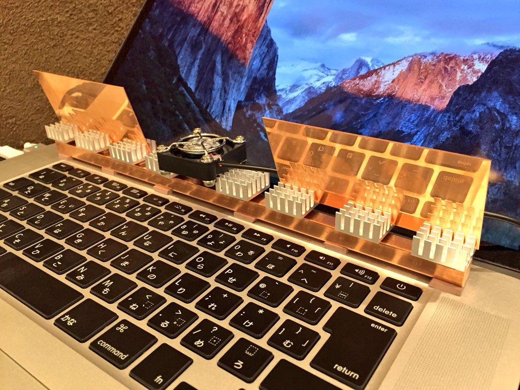 MacBook Proを買って一ヶ月の間に様々な冷却方法の実験を行なってきたが、だんだんApple社を信奉する為の祭壇のようになってきた…。 https://t.co/wDzOTkTJb4
