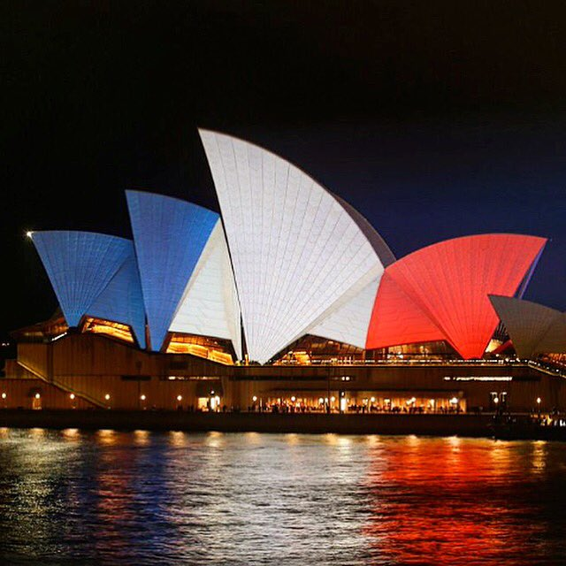 Solidarity. Standing proud. . . #ParisAttacks @sydneyoperahouse #SydneyOperaHouse #sydney #PrayforParis https://t.co/lOAlU3RMrJ