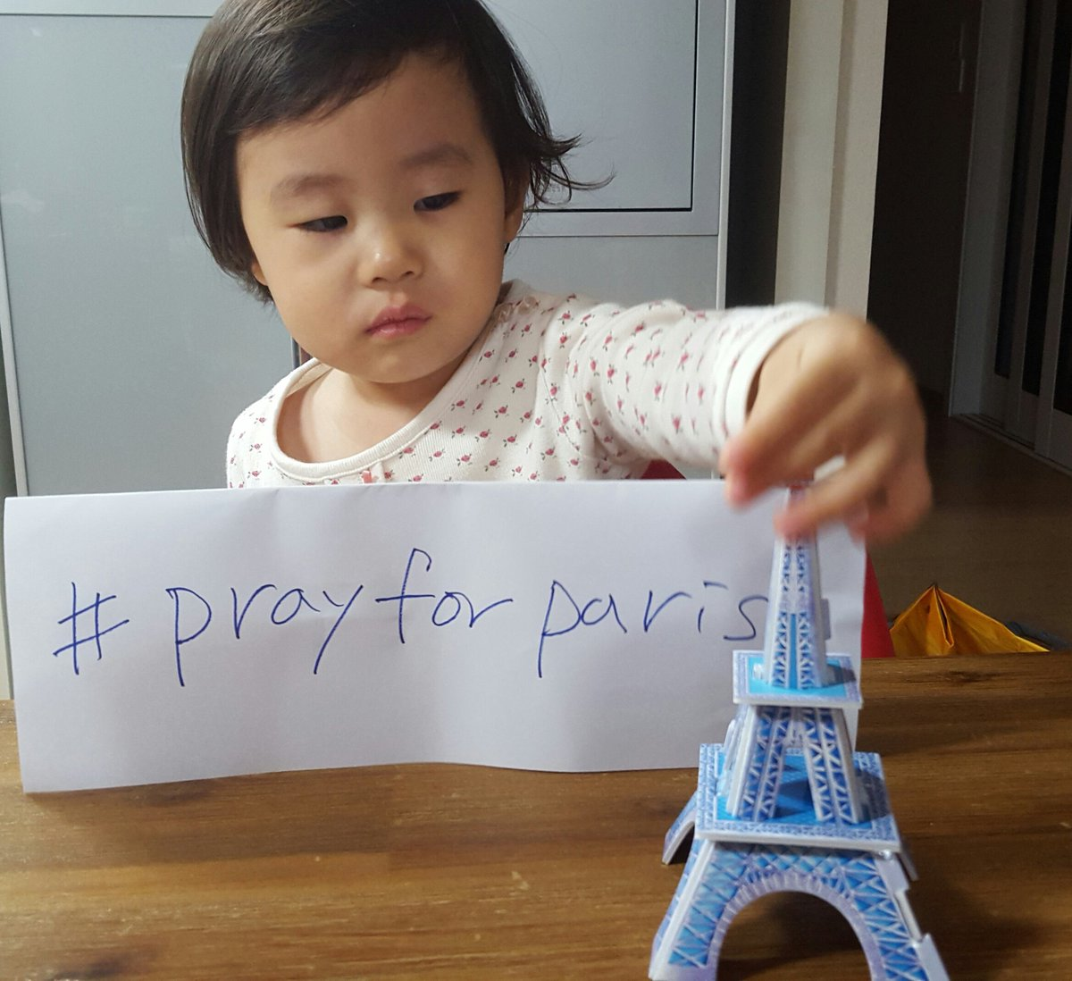 #Prayers4Paris from Korea. https://t.co/bj8suq79tN