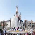 Les Princes et Princesses Disney célèbrent la magie de Noël lors dun bal digne des plus beaux contes de fées. https://t.co/BH76weZoPB