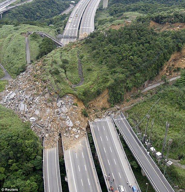 台湾の高速道路で起きた地すべりの写真。 https://t.co/A4gXUiCCAq