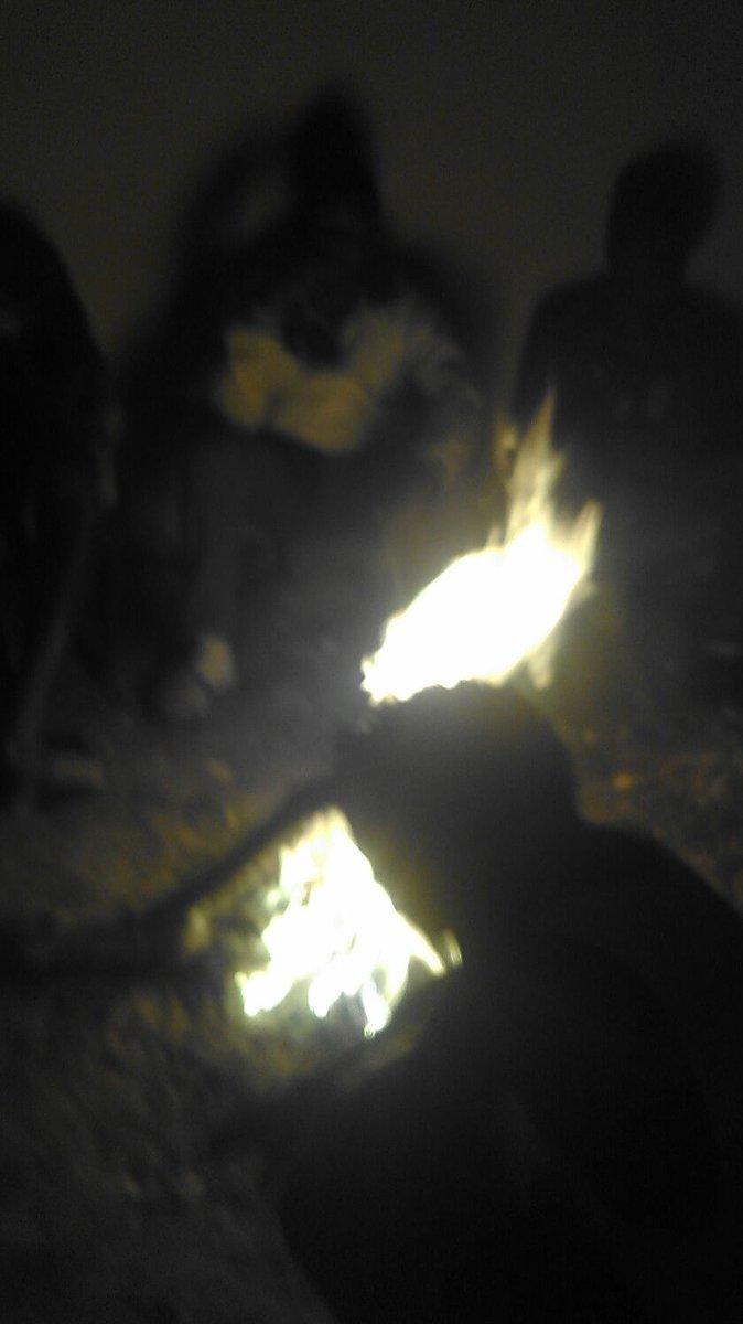 PHOTOS: 4th night infront of Taraba Govt House. #FCTaraba players do bonfire to stay warm. 11 months salaries unpaid https://t.co/ednikOH5zF