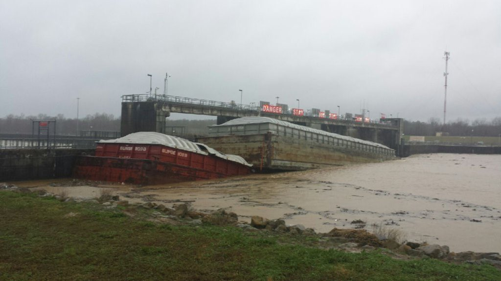 Barge sinks in Columbus, MS, blocking water flow through dam. #mswx https://t.co/kY4HbKhmqY @NWSJacksonMS @WTVAmatt https://t.co/kiZnYHZFUS