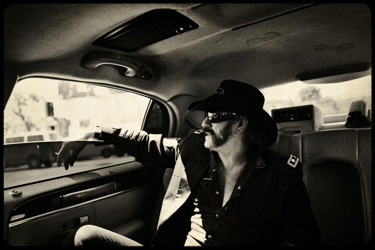 """Se nos va una LEYENDA: Ha muerto #LemmyKilmister de @myMotorhead a los 70 años... """"Born to lose, live to win""""... DEP https://t.co/rZDc4eSOsX"""