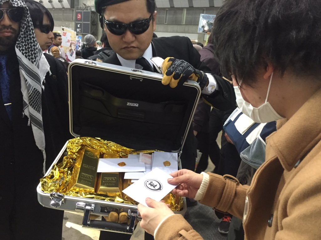 コミケにアラブの石油王らしき人が現れ、貧乏人達に金貨入り封筒を配って回る