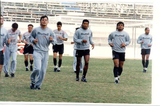 1996 atlético paranaense.        アトレチコ パラナエンセ 1996 私とオセアス います,私は一番前,かみ長く!!さしぶりです!! https://t.co/A67YA9vNXW